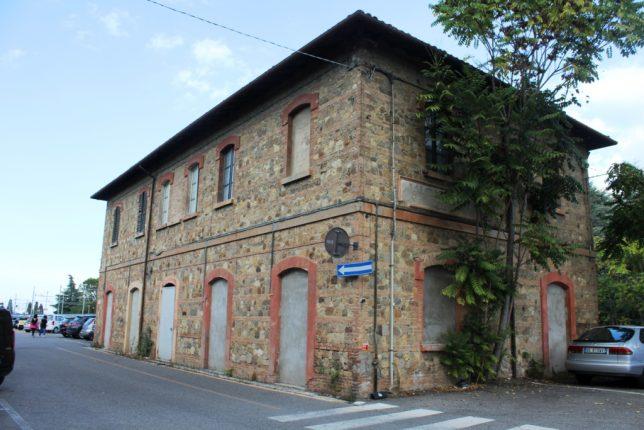 L'unico edificio di capolinea nella storica stazione sarebbe preservato, ma soverchiato dal monumentale progettato parcheggio auto.